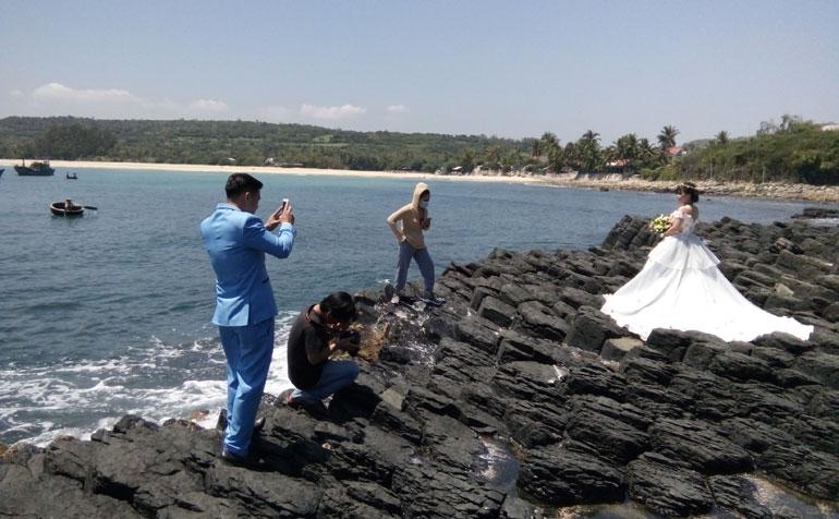 Du khách thích thú chụp ảnh tại gành Đá Đĩa, huyện Tuy An - Ảnh: PV